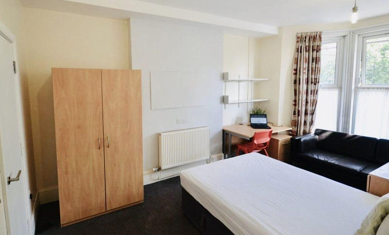 BRAND NEW FURNISHED BEDROOMS WITH NEW EN-SUITE BATHROOMS AVAILABLE IMMEDIATELY